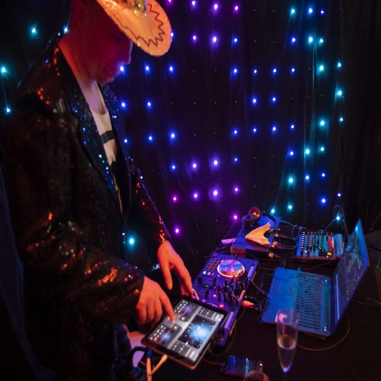 DJ ja juhlat valmiina starttaamaan!