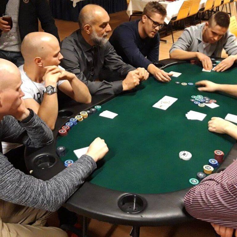Pokeripöytä ja pelinhoitajat. Katso Vuokraa-osiosta lisätiedot.