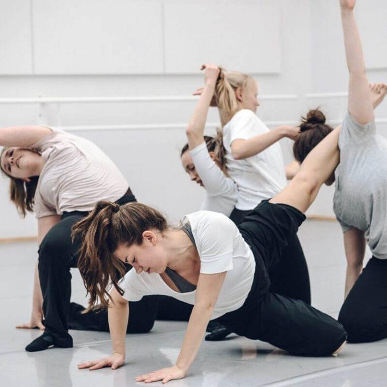 tanssiryhmät ja tanssiesitys