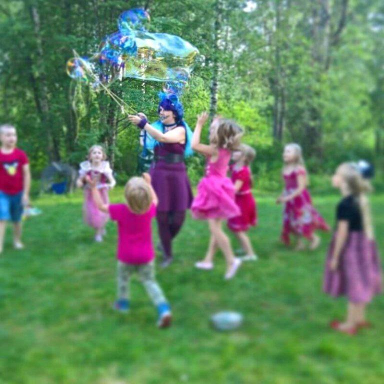 Jättisaippuakuplia Prinsessa juhliin.