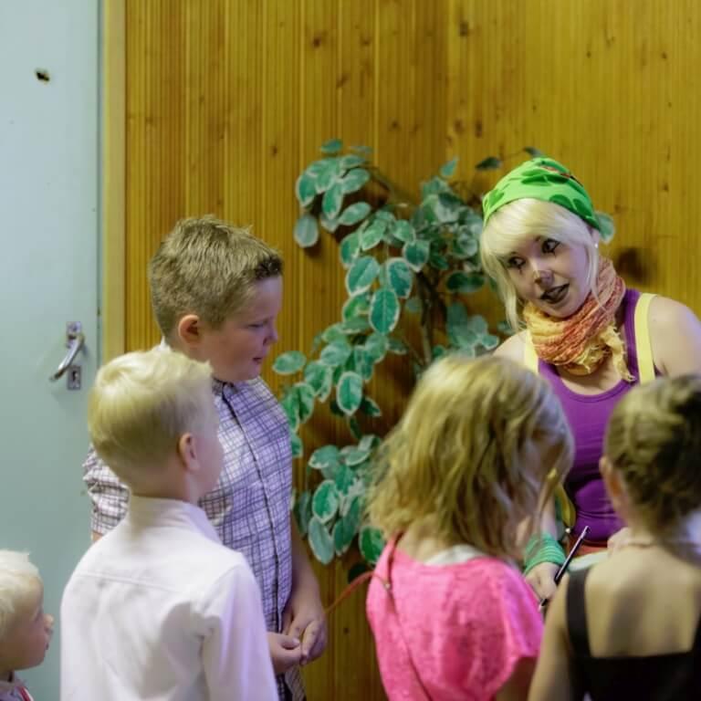 sirkustaiteilija ja sirkusakrobaatit