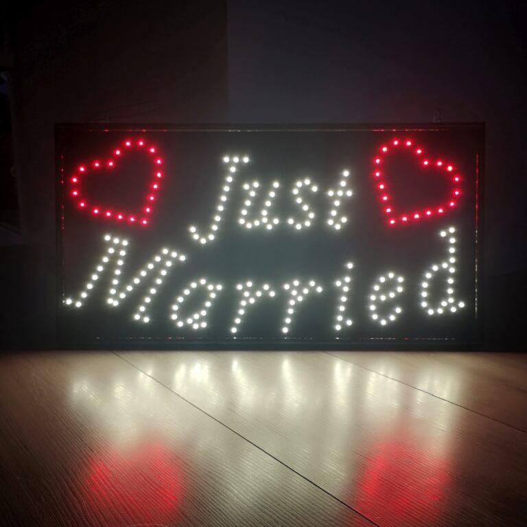 Just Married valokyltti. Lue lisää VUOKRAUS-navigaatiopalkista.