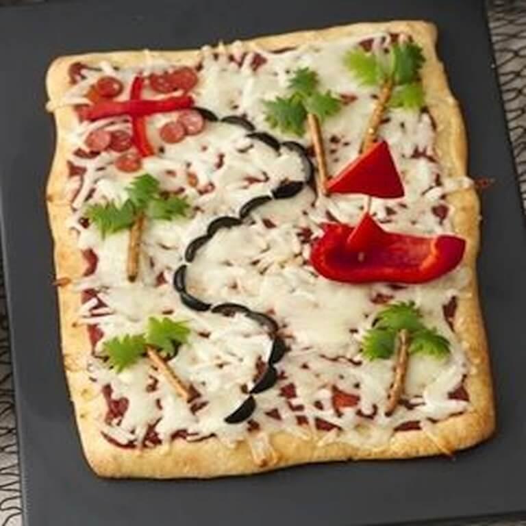 Merirosvo herkkubuffaan pizzaa.  Lue lisää ideoita TEEMAJUHLAT-valikosta.
