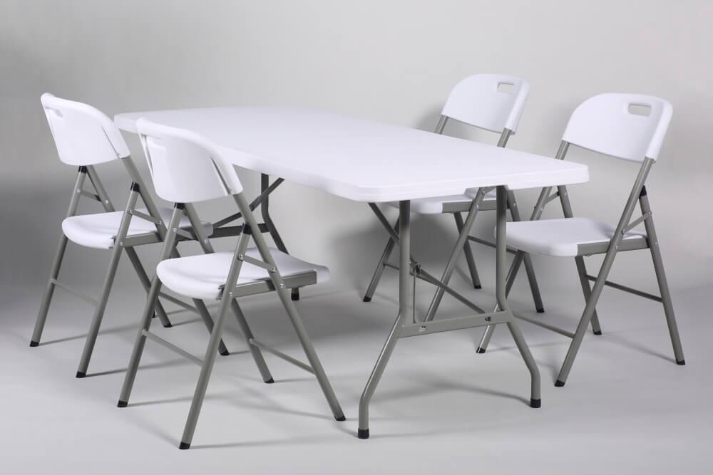 kokoontaitettava pöytä ja tuolit